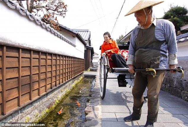 بالصور|مدينة يابانية تعج بالسياح بفضل سمك الكارب الجميل الذي يسبح في المجاري المائية