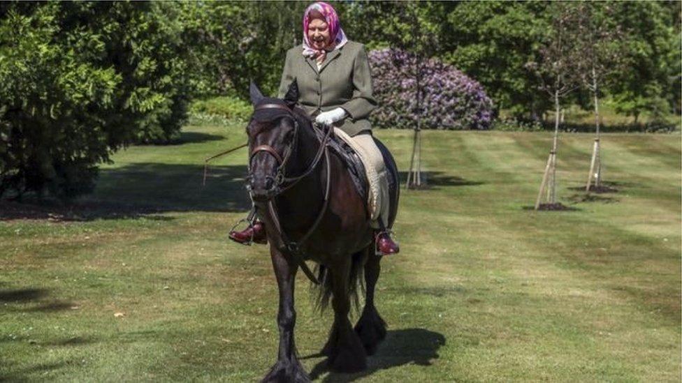فيروس كورونا: الملكة إليزابيث الثانية في صورة خارج القصر لأول مرة منذ فرض الحجر الصحي.