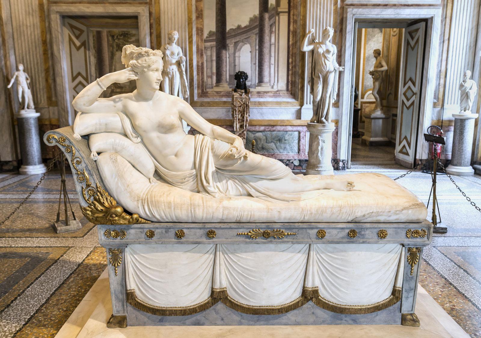 """سائح يتسبب بإتلاف جزء من تحفة فنية عمرها 200 عام في متحف """"أنطونيو كانوفا"""" الإيطالي"""